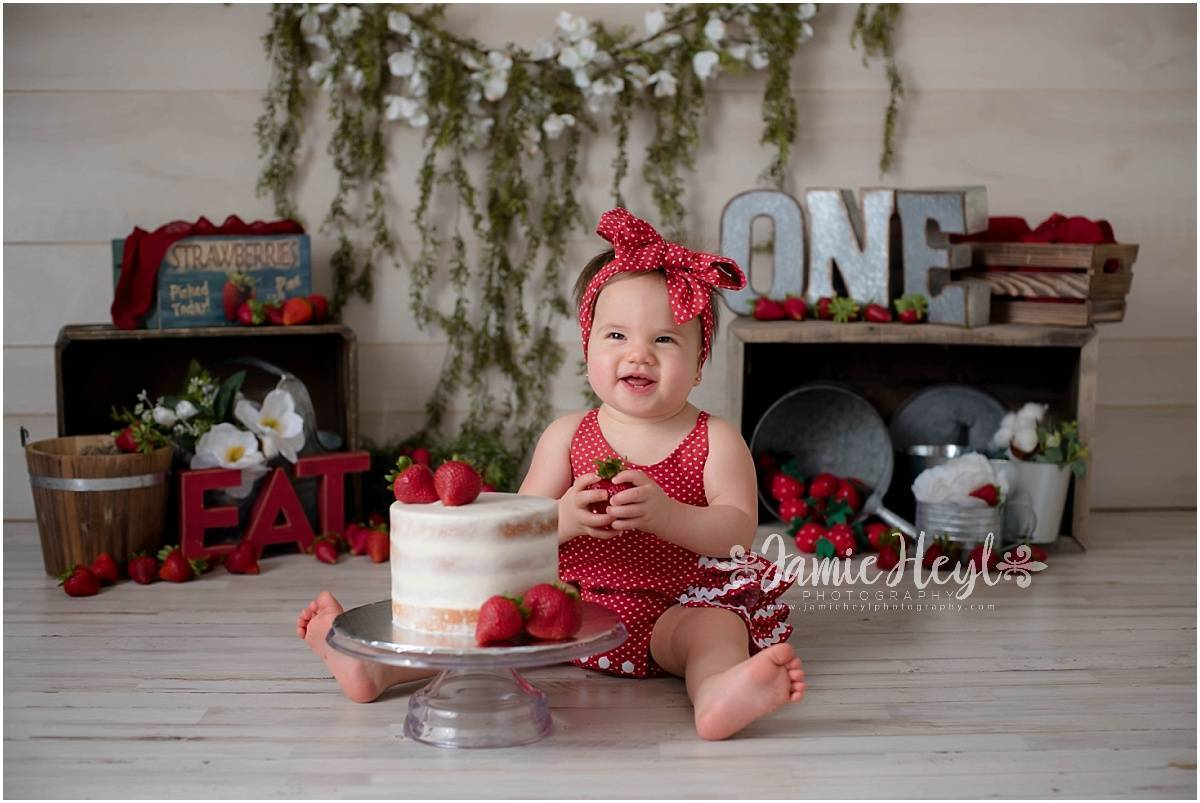 Strawberry Cake Smash Session – Amelia
